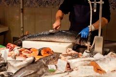 Mãos que limpam um vendedor de peixe dos peixes Imagem de Stock Royalty Free