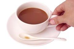 Mãos que mantêm a xícara de café isolada no fundo branco foto de stock