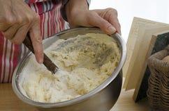 Mãos que misturam um bolo Imagem de Stock