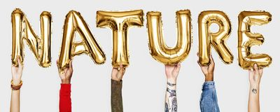 Mãos que mostram a natureza da palavra dos balões imagens de stock royalty free