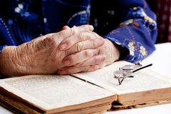 Mãos que Praying imagem de stock royalty free