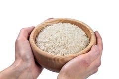 Mãos que prendem a bacia de arroz Imagem de Stock