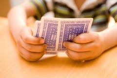 Mãos que prendem cartões de jogo imagem de stock royalty free
