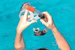 Mãos que prendem a engrenagem do snorkel Foto de Stock