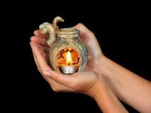Mãos que prendem o aromalamp Imagem de Stock