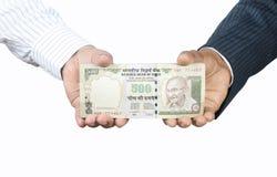 Mãos que prendem o dinheiro indiano Fotos de Stock Royalty Free