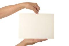 Mãos que prendem o papel em branco Imagens de Stock Royalty Free