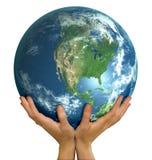 Mãos que prendem o revestimento realístico America do Norte do globo Fotos de Stock Royalty Free