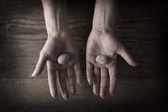 Mãos que prendem rochas Imagem de Stock