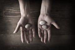 Mãos que prendem rochas Imagens de Stock Royalty Free