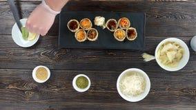 Mãos que preparam o alimento japonês filme