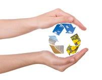 Mãos que protegem o símbolo de recicl Imagens de Stock Royalty Free