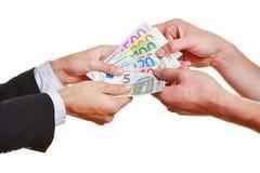 Mãos que puxam em contas de dinheiro do Euro Fotografia de Stock