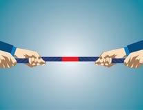 Mãos que puxam na corda durante o jogo do conflito Competição do negócio foto de stock royalty free