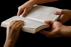 Mãos que puxam uma Bíblia Imagens de Stock Royalty Free