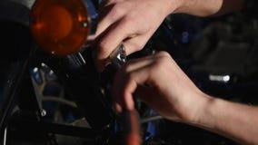 Mãos que reparam a motocicleta Close up do tiro video estoque