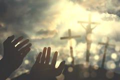 Mãos que rezam ao deus no monte imagens de stock