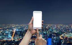 Mãos que tocam em um smartphone no conceito social da tecnologia dos meios e de rede com a tela vazia, trocista acima, na frente  fotos de stock