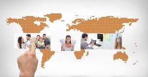 Mãos que tocam na relação digital das imagens contra o mapa do mundo Fotos de Stock Royalty Free