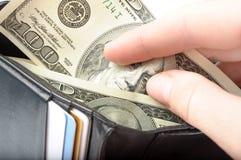 Mãos que tomam o dinheiro da carteira aberta Fotos de Stock Royalty Free