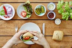 Mãos que tomam o sanduíche feito fresco pronto para comer Imagem de Stock Royalty Free