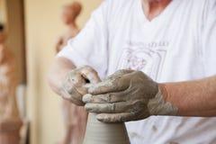 Mãos que trabalham a argila Foto de Stock Royalty Free