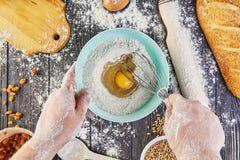 Mãos que trabalham com o pão, a pizza ou a torta da receita da preparação da massa fazendo os ingridients, configuração lisa do a Imagem de Stock