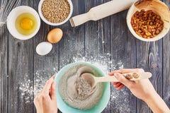 Mãos que trabalham com o pão, a pizza ou a torta da receita da preparação da massa fazendo os ingridients, configuração lisa do a Fotografia de Stock