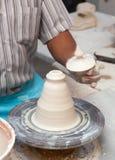Mãos que trabalham na roda da cerâmica Imagens de Stock Royalty Free