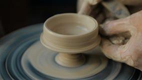 Mãos que trabalham na roda da cerâmica vídeos de arquivo