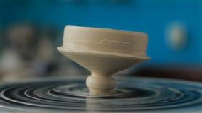 Mãos que trabalham na roda da cerâmica filme