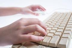 Mãos que trabalham no teclado Fotografia de Stock