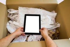 Mãos que unboxing o tablet pc novo Fotos de Stock Royalty Free