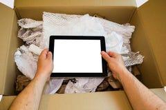 Mãos que unboxing o tablet pc novo Fotografia de Stock Royalty Free