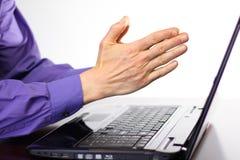 Mãos rapinando na frente da tela de exposição do laptop Imagem de Stock Royalty Free