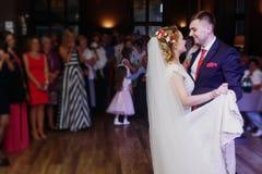 Mãos românticas da dança e da terra arrendada dos noivos no casamento com referência a imagem de stock
