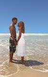 Mãos românticas da terra arrendada dos pares do americano africano sobre foto de stock