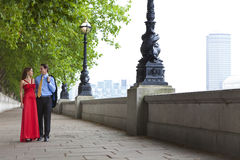 Mãos românticas da terra arrendada dos pares em Londres, Inglaterra Foto de Stock