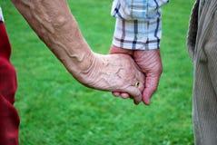 Mãos sênior do holdinng dos pares Fotos de Stock Royalty Free