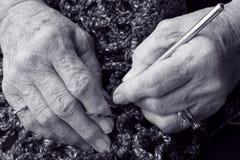 Mãos sênior preto e branco imagem de stock royalty free
