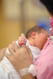 Mãos sempre mornas da mãe Imagens de Stock Royalty Free