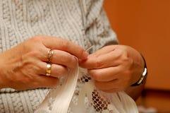 Mãos Sewing imagem de stock