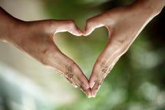 Mãos sob a forma da forma do coração Imagens de Stock
