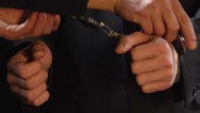 Mãos sobre postas algemas do criminoso do negócio, atividade financeira ilegal, crime vídeos de arquivo