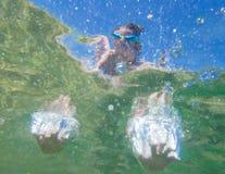 Mãos subaquáticas da criança do salto Foto de Stock Royalty Free