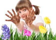 Mãos sujas - jardinagem da menina Imagens de Stock