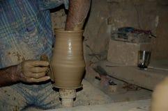Mãos talentosos do oleiro mim foto de stock