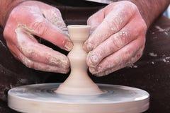 Mãos trabalhadoras do oleiro 10 imagem de stock