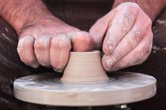 Mãos trabalhadoras do oleiro 4 Fotografia de Stock