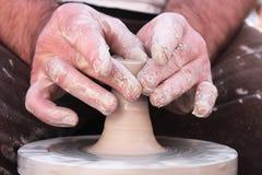 Mãos trabalhadoras do oleiro 8 fotos de stock royalty free